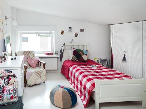 biały pokój dziecka z kolorowymi dodatkami; źródło: moje-kukielki-onedirection.blogspot.com