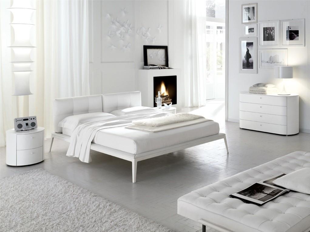 Biała sypialnia z kominkiem, źródło: theshoppingonline.info