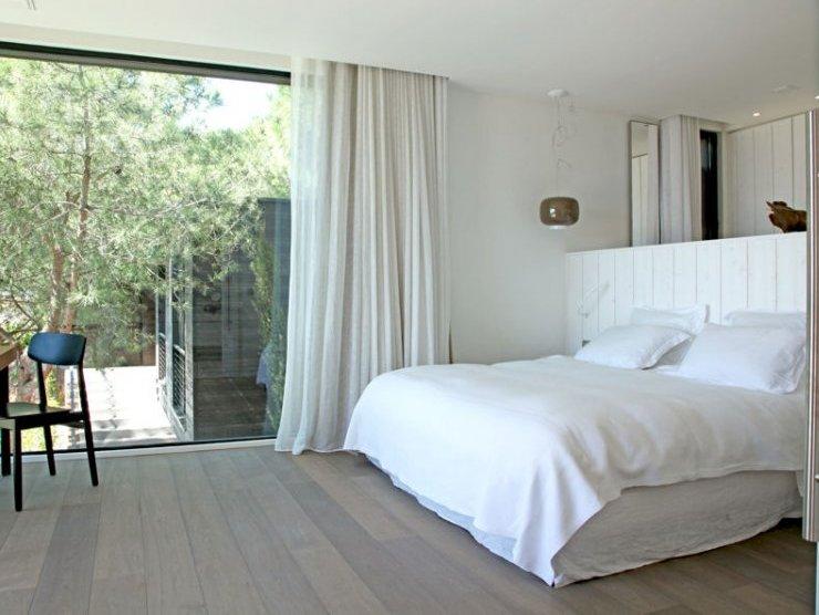 Biała sypialnia, źródło: deco.journaldesfemmes.com