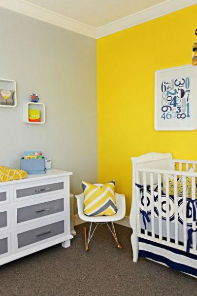 Żółta ściana i niebieskie dodatki, fot. Brooke Wagner Design