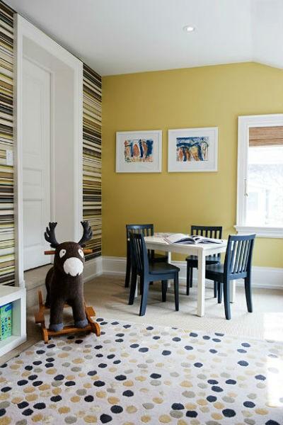 Żółta ściana w brązowe pasy, fot. Timothy Johnson Design