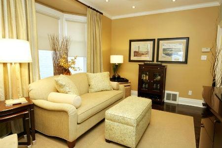 Żółta ściana w salonie, fot. Jennifer Brouwer