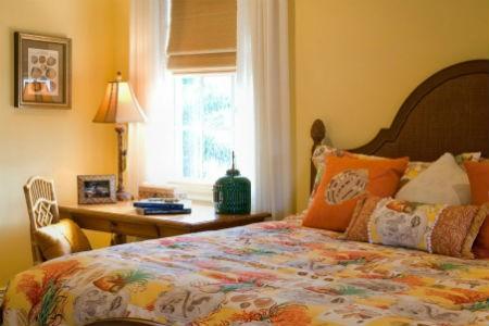Żółta ściana w sypialni, fot. JMA Interios Decoration
