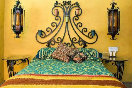 Żółta ściana i zielone dodatki w sypialni, fot. Kuda Photography