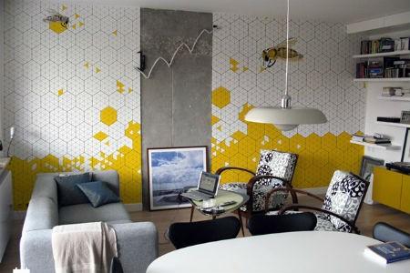 Biało-żółta tapeta w pszczoły w salonie, fot. Double Room