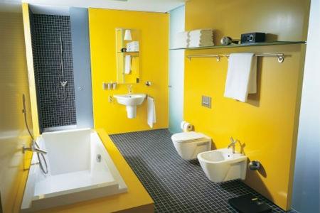 Żółta ściana i szara podłoga w łazience, fot. Duravit