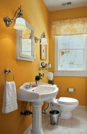 Miodowy kolor ściany w łazience, fot. designmag.fr