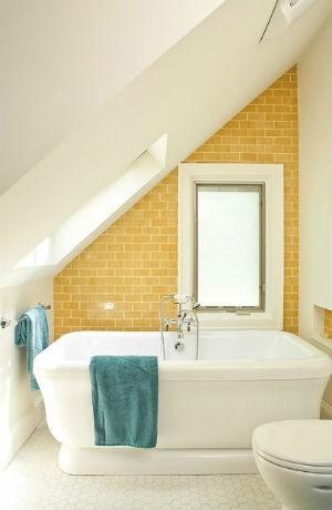 Zółte kafelki przy wannie w łazience, fot. Renewal Design Build