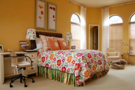Kolorowa pościel w żółtym pokoju dziecka, fot. Masterpiece Design Group