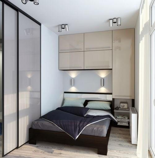 Dość solidnie zaaranżowana sypialnia - szafki zamocowane na ścianie za łóżkiem pomieszczą wiele potrzebnych w sypialni rzeczy, fot.: Archiforms Studio