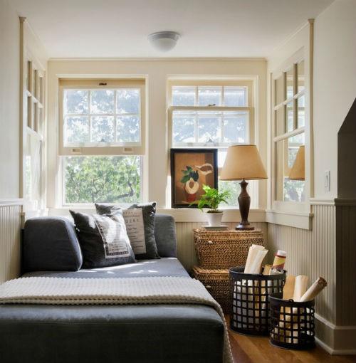 Mała ale jasna sypialnia za sprawą dużej ilości okien, fot.: Francis Dzikowski Photography