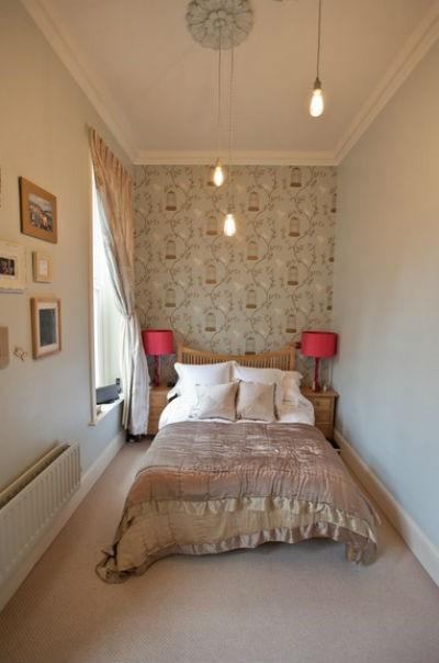 Sypialnia w której postawiono na minimalizm w postaci dwóch szafek nocnych, fot.: Furnished by Anna
