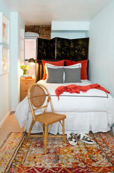 Łóżko w tej sypialni nie jest przysunięte do ściany. Ustawiony za nim parawan skutecznie może odsłaniać miejsce, w którym gromadzone są rzeczy, fot.: Jandgdesign.com
