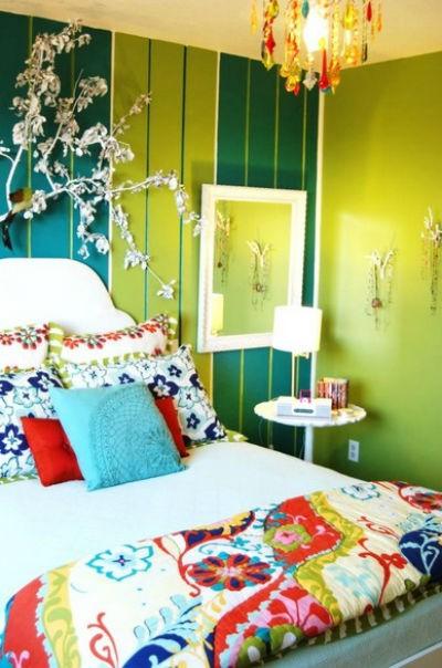 Mała, ale kolorowa sypialnia fot: Judith Balis Interior