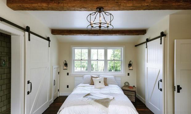 Sypialna, w której mnóstwo schowków ukryto za przesuwnymi drzwiami fot.: Lendrum Photography
