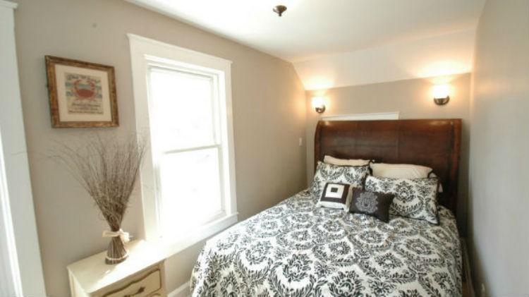 W tej sypialni zmieściło się jedynie łóżko i mała szafka na drobiazgi. Dzięki jasnym kolorom ścian jej niewielki metraż nie jest tak przytłaczający, fot.: Nedesignbuild.com