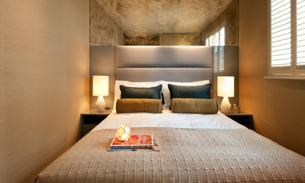 Lustro w małej sypialni optycznie ją powiększa, fot.: Zephyr Interiors