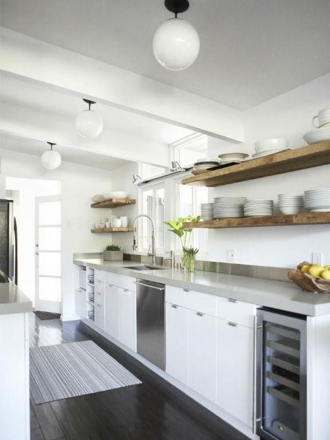 Kuchnia bez górnych szafek kuchennych - półki zawieszone nad blatem