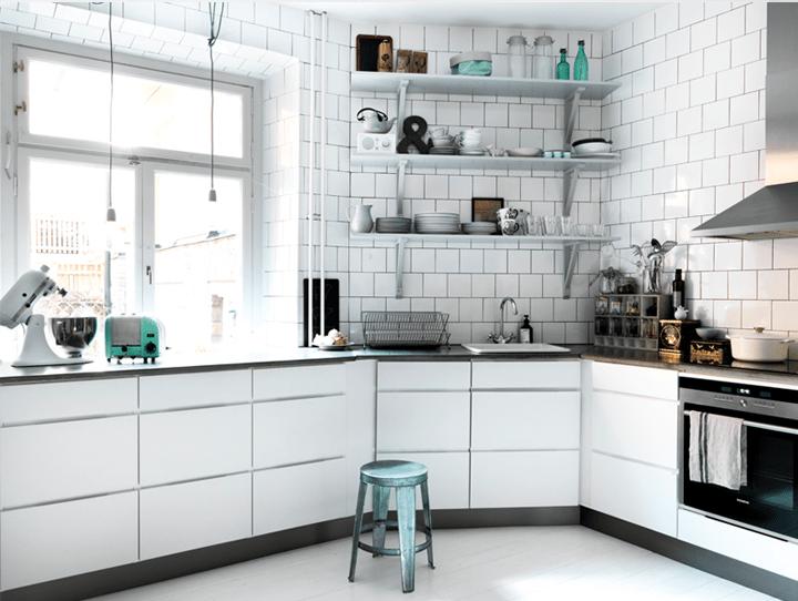 Biała kuchnia bez wiszących szafek, fot.: Linda Ahman