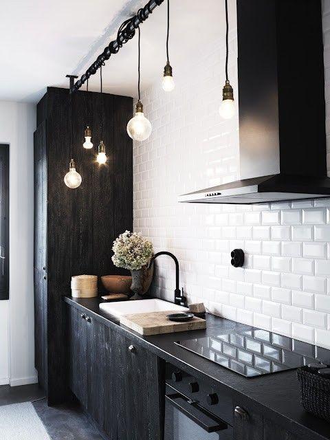 Zamiast wiszących szafek kuchennych w kuchni jest wysoka szafa