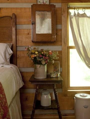 Nietypowa szafka nocna - stołek lub podstawka pod kwiatek idelanie posłużą jako miejsce na kwiaty