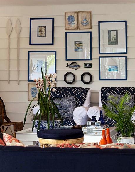 Biała ściana w salonie i dodatki, źródło: Marcelo&Pedro Potaris