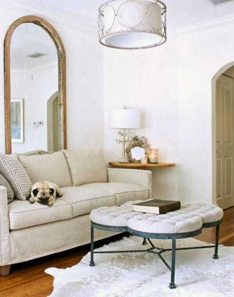 moda na białe ściany w salonie, źródło: Mina Brinkey