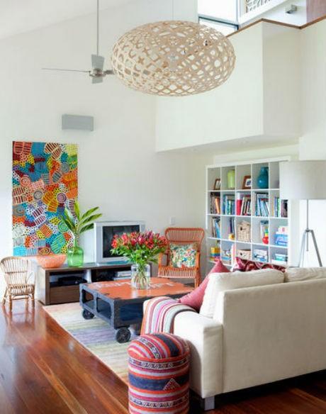 białe ściany w salonie jak zaaranżować, źródło: Sally Carson Interiors