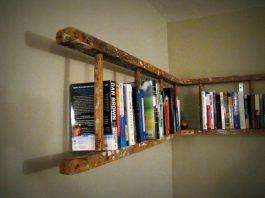 Stara drabina jako półka na książki