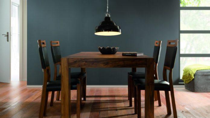 Meble w kolorze naturalnego drewna: jadalnia i kuchnia