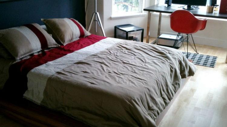Sypialnia przed metamorfozą miała ściany w kolorze granatowym i białym a meble były minimalistyczne.
