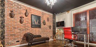 Jak wykorzystać płytki ceglane w salonie? Płytki na ściany, podłogi i parapety od firmy Elkamino Dom