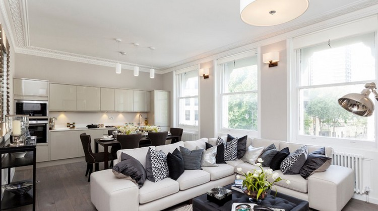 Gdzie ustawić kanapę w salonie? fot.: Chris Snook
