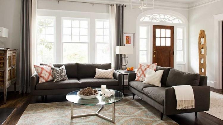 kanapa na środku pokoju