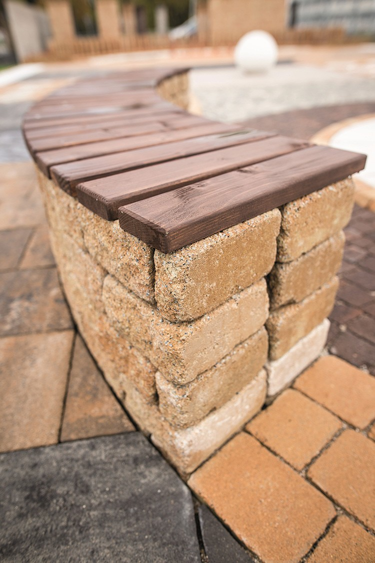 Betonowe meble ogrodowe wykonane z kostki brukowej, fot.: Libet