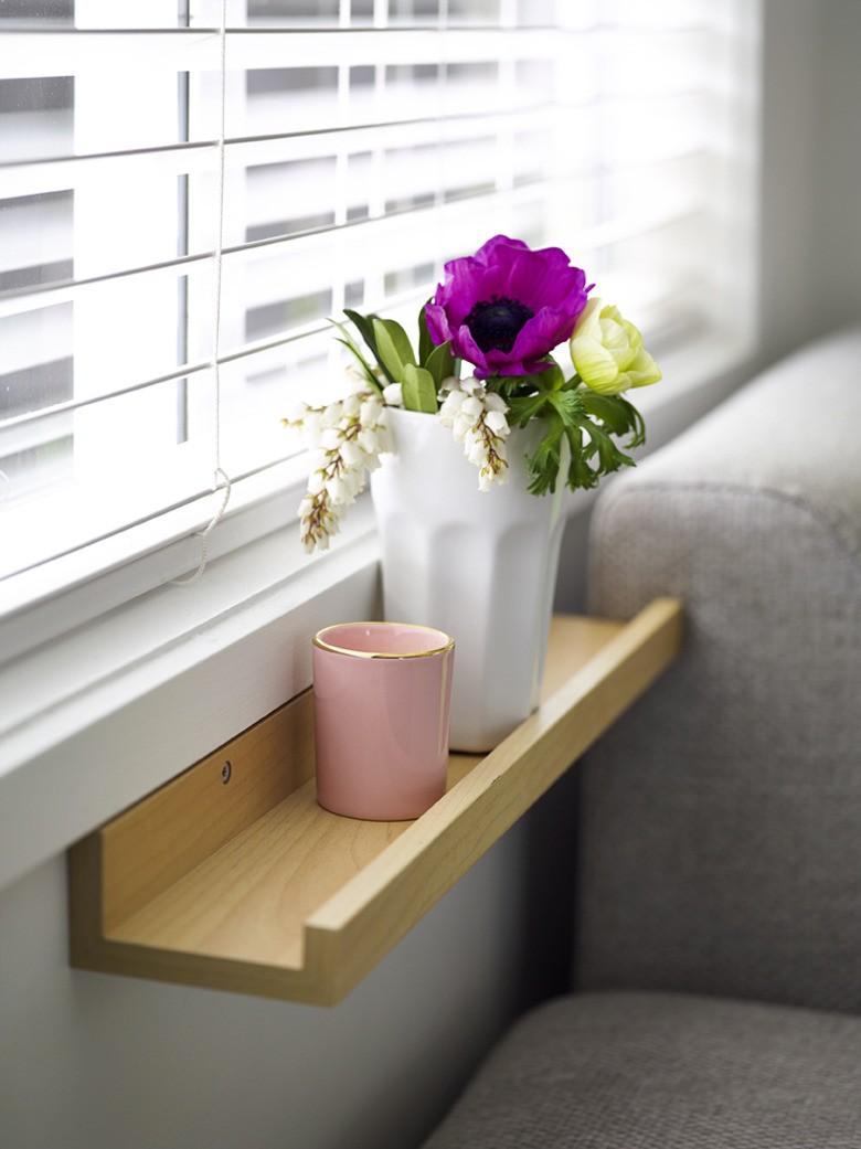 Mały stolik na kawę na ścianie