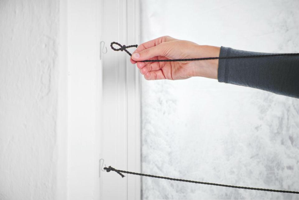 Kalendarz adwentowy przyczepianie sznurka do okna