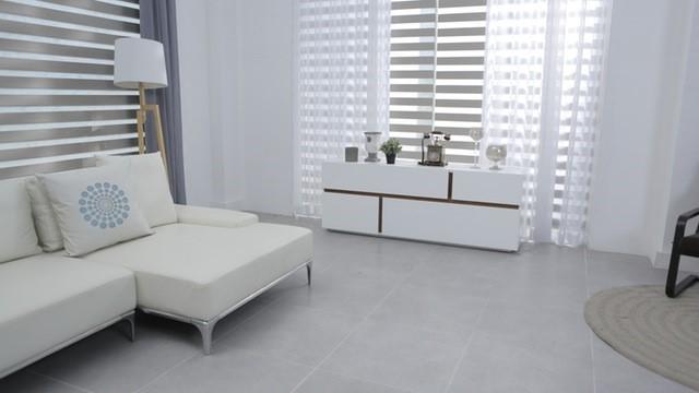 białe ściany w salonie meble