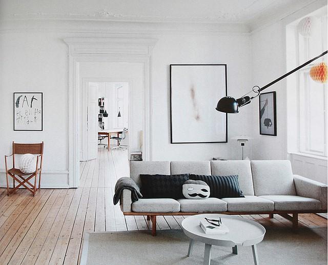 białe ściany w salonie kolor