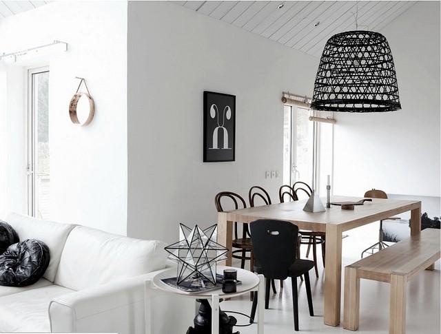 białe ściany w salonie dodatki
