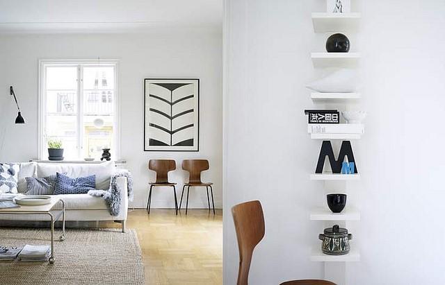 białe ściany w salonie z czym zestawić