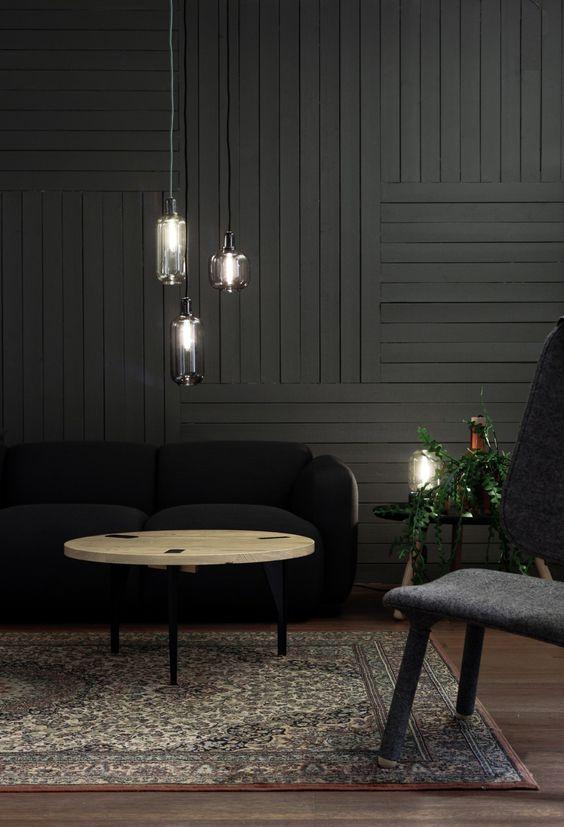 ciemne drewno na ścianie w salonie