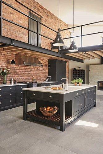 czerń z cegłą w kuchni loft