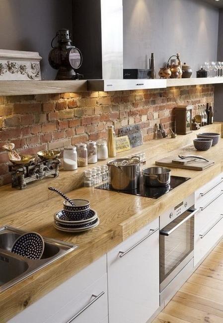 ściana w kuchni cegła
