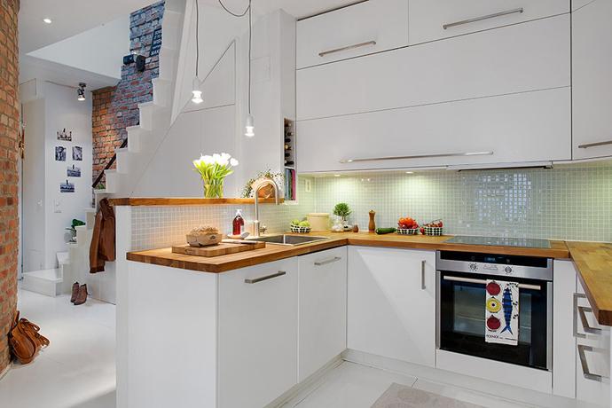 ściana w kuchni z płytkami