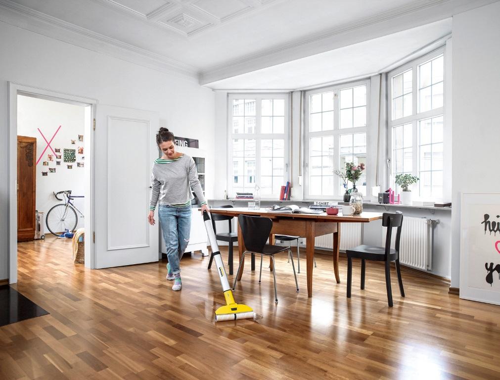 Mycie drewnianej podłogi - wybierz płyn do podłóg olejowanych i woskowanych albo lakierowanych